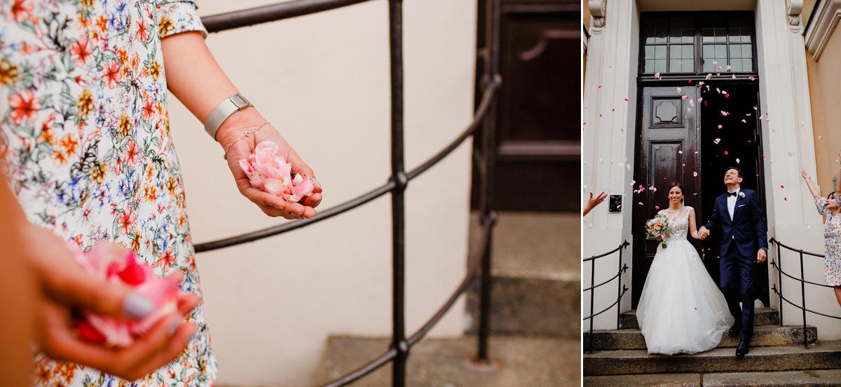 platki roz sypane przed kosciolem zdjecie