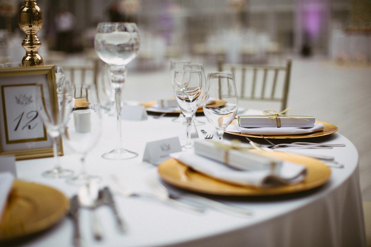 zlote talerze krzesla weselne zdjecie