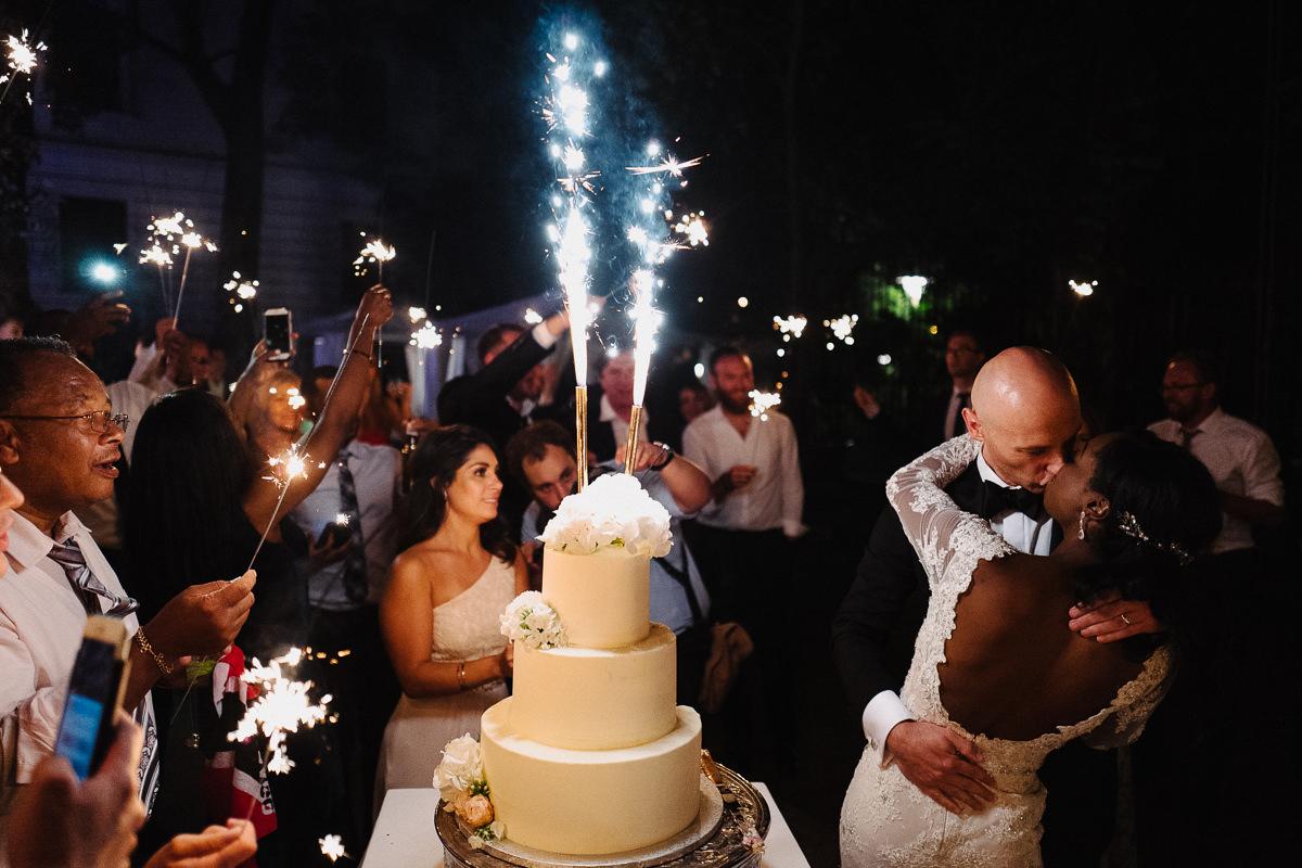 tort weselny zdjecie pocalunek pary mlodej zdjecie